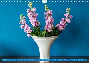 Still Life - Blumen vor der blauen Wand (Wandkalender 2022 DIN A4 quer)