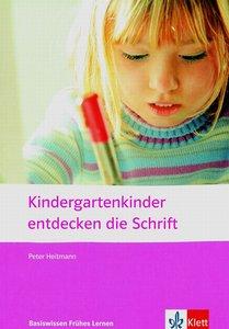 Kindergartenkinder entdecken die Schrift