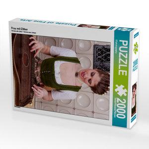 Frau mit Zither 2000 Teile Puzzle hoch