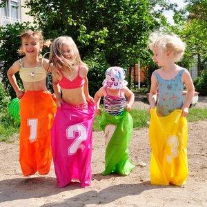 Knorrtoys 56000 - Kinderpartyset, nummerierte Hüpfsäcke und Zube