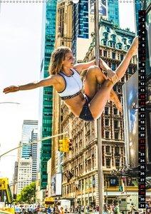 Poledance auf New Yorks Straßen (Wandkalender 2020 DIN A2 hoch)