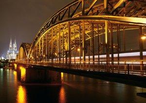 Hängebrücken bei Nacht - Schillernde Verbindung (Tischaufsteller
