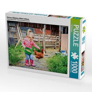 Kleines Mädchen füttert Hühner 1000 Teile Puzzle quer
