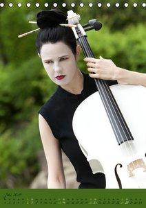 Weißes Cello auf Reisen (Tischkalender 2019 DIN A5 hoch)