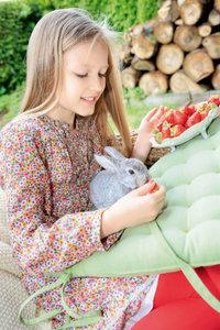 Premium Textil-Leinwand 50 cm x 75 cm hoch Mädchen füttert ein K