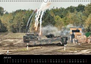 Panzerstahl auf der Heide. Leopardpanzer in Munster (Wandkalende