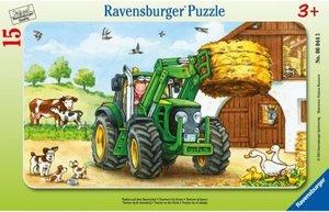Traktor auf dem Bauernhof. Rahmenpuzzle 15 Teile