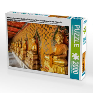 Reihe mit goldenen Buddha-Statuen auf dem Gelände des Grand Pala