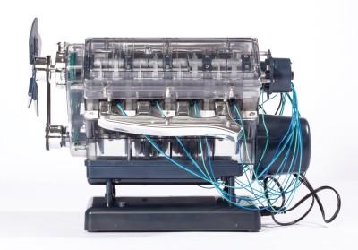 Das Franzis Lernpaket V8-Motor - zum Schließen ins Bild klicken