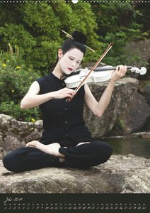 Weiße Geige auf Reisen (Wandkalender 2019 DIN A2 hoch)