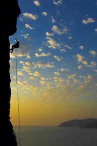 Premium Textil-Leinwand 50 cm x 75 cm hoch Klettern im Sonnenunt