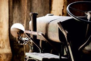 Premium Textil-Leinwand 75 cm x 50 cm quer Traktor im Ruhestand