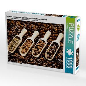 Duftende Kaffebohnen appetitlich auf Holzlöffeln präsentiert 100