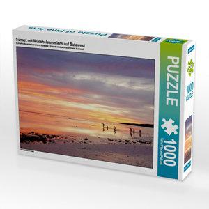 Sunset mit Muschelsammlern auf Sulawesi 1000 Teile Puzzle quer